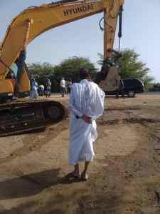 """عمدة كرمسين يعاين الطريق الذي غمرته المياه في قرية """"لمبارات"""" – مصادر ميديا"""